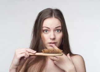 Una de las claves para evitar la caída del cabello es tomar ocho vasos de agua al día