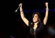 Demi Lovato besa