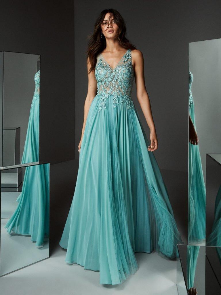 Sé la invitada perfecta con estas tendencias en vestidos de noche largos para boda
