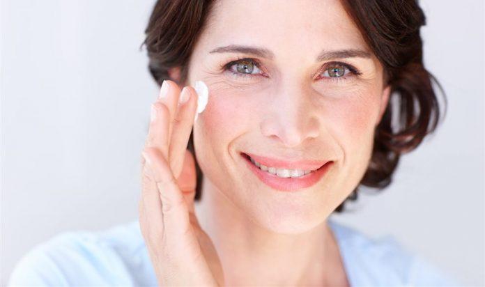 Si ya has cumplido los 40 y quieres seguir aparentando 35, tienes que elegir bien tu crema hidratante